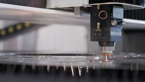 Automatiserad produktion med cnc-process och laser-maskinen för snittmetall arkivfilmer
