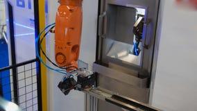 Automatiserad robotic maskin - mekanisk arm för industriell svetsning royaltyfri foto