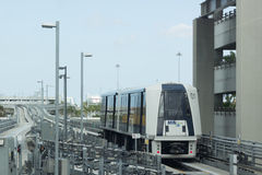 Automatiserad rullbandstrottoarankomst på MIA Station i Miami, Florida, USA Arkivfoton