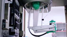 Automatiserad tillverkningsmaskin Förpackande linje på den farmaceutiska växten stock video