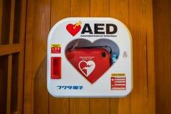 Automatiserad yttre Defibrillator (AED) på väggen Fotografering för Bildbyråer