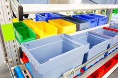 Automatiserat lagringslager med blåa plast- spjällådor Fotografering för Bildbyråer