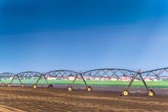 Automatiserat system för lantbrukbevattningspridare i operation arkivfoto