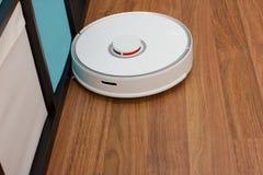 Automatisering het schoonmaken Witte robot stofzuiger stock foto's