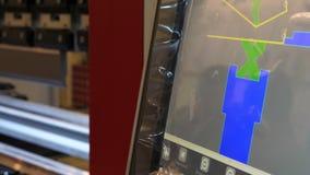 Automatisering van proces in zware industrie met computer Het scherm met programma om staal te buigen stock videobeelden