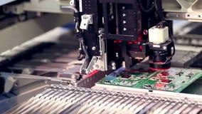 Automatisierte Elektronik zerteilt Herstellungslinie stock footage