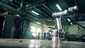 Automatisierte Maschine, die in einer Anlage, seinen Arm bewegend arbeitet stock video