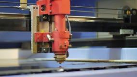Automatisierter Ausschnitt von Teilen Laser-Schneidemaschine stock video