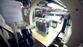 Automatisierter Produktionszweig Knall- und Sodaflaschenverpackungsförderer stock footage