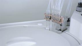 Automatisiertes pharmazeutisches, medizinische Ausrüstung arbeitet im modernen Labor stock video footage