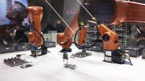 Automatisierungslösungen der Zukunft mit den Roboterarmen auf Kuka stehen auf Messe, das in Hannover, Deutschland angemessen ist stock video footage