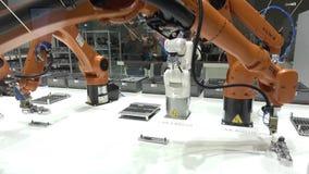 Automatisierungslösungen der Zukunft mit den Roboterarmen auf Kuka stehen auf Messe, das in Hannover, Deutschland angemessen ist stock footage