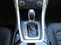 Automatisk överföring, toppen inre för sportbil arkivfoton