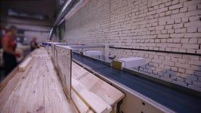 Automatisk beslutsamhet av längden av en trästråle, modern transportör, automatiserad linje, modern möblemangtillverkning lager videofilmer