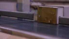 Automatisk beslutsamhet av längden av en trästråle, modern transportör, automatiserad linje, modern möblemangtillverkning arkivfilmer