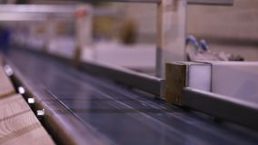 Automatisk beslutsamhet av l?ngden av en tr?str?le, modern transport?r, automatiserad linje, modern m?blemangtillverkning stock video