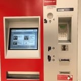 Automatisk biljettmaskin, berlin, Tyskland arkivbild