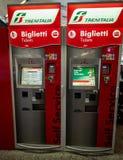 Automatisk biljettvaruautomat f?r italienskt drev p? drevstationen Denna maskin kan ocks? skriva ut schemat, biljett och arkivfoton