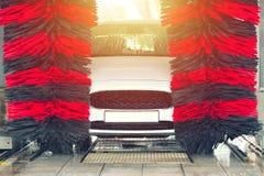 Automatisk biltvätt i handling Biltvättbegrepp Automatiserad teknologi fotografering för bildbyråer