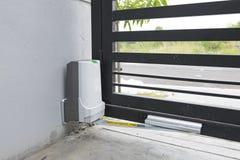 Automatisk dörrport med motorn royaltyfria foton