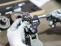 Automatisk del för operatörskontroll vid mikrometer Royaltyfri Foto