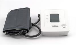 Automatisk digital blodtryckövervakningmeter på vit backg Royaltyfri Foto