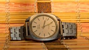 Automatisk eller självuppdragande klocka för grotesk klocka-En i guld- ljus Arkivfoto