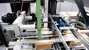 Automatisk emballagemaskin i kartonger lager videofilmer