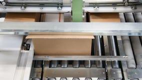 Automatisk emballagemaskin i kartonger arkivfilmer