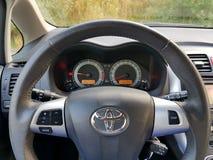 Automatisk farthållareströmbrytare av den japanska bilen med stor navigeringskärm Fotografering för Bildbyråer