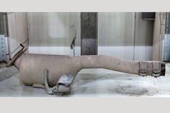 Automatisk katalysator som tas bort från ett medel för reparation med keramiskt en insida för täcka som delen av ett avgasrö royaltyfria bilder