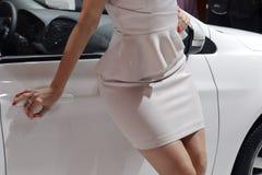 Automatisk kvinnlig modell i vit Arkivbild