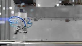 Automatisk längd i fot räknat för robotarmcloseup arkivfilmer