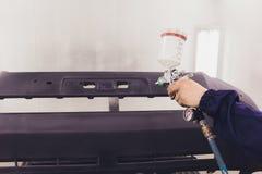 Automatisk m?larf?rg Mekaniker Painting som bilen i auto reparation shoppar royaltyfria bilder