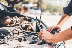 Automatisk mekaniker som arbetar i garageteknikeren Hands av bilmekanikern som arbetar kontroll i f?r service och underh?llsf?r b royaltyfria foton
