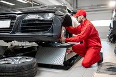 Automatisk mekaniker som servar sportbilen arkivfoton