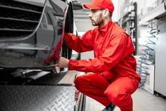 Automatisk mekaniker som servar sportbilen fotografering för bildbyråer