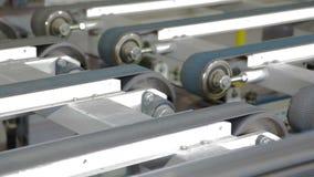 Automatisk pläterad träflismaterialproduktion arkivfilmer