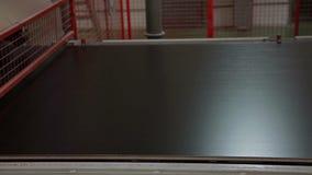 Automatisk pläterad träflismaterialproduktion stock video