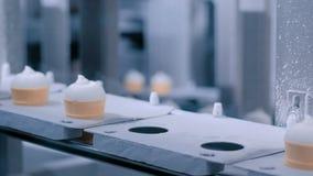 Automatisk produktionslinje f?r glass - transportband med icecreamkottar lager videofilmer