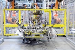 Automatisk robot i bilfabrik Arkivbild