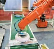 Automatisk robot i monteringsbandet som arbetar i fabrik fotografering för bildbyråer