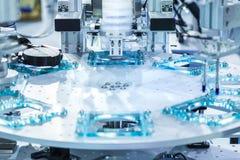 Automatisk robot i monteringsbandet som arbetar i fabrik Smart facto Fotografering för Bildbyråer