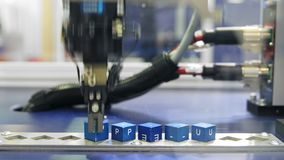 Automatisk robotarm som arbetar i bruksmiljö stock video
