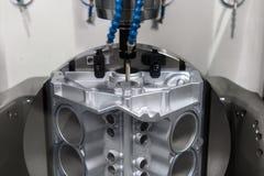 Automatisk robotarm som arbetar i bruksmiljö arkivfoto