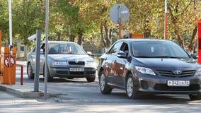 Automatisk säkerhetsbarriär på parkering stock video