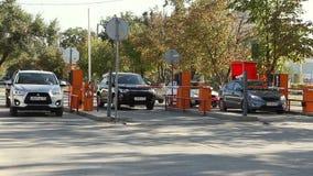 Automatisk säkerhetsbarriär på parkeringen stock video