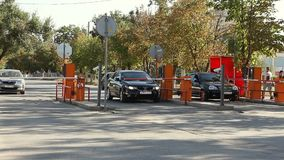 Automatisk säkerhetsbarriär på parkeringen arkivfilmer