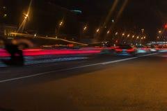 Automatisk, stadsgataljus och hastighet Abstrakt suddig färgrik bakgrund av stads- gatanatttrafik med bokeh tänder Arkivbild