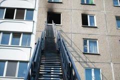 Automatisk stege av brandmotorn till ett brinnande hus royaltyfri fotografi